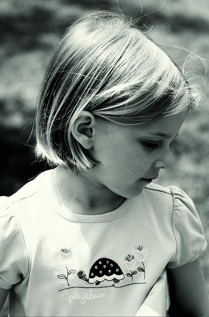 Petit fille en noir et blanc
