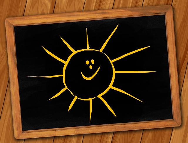 Un soleil jaune dessiné sur un tableau noir.