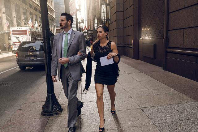 Un couple (homme et femme) marche dans la rue.