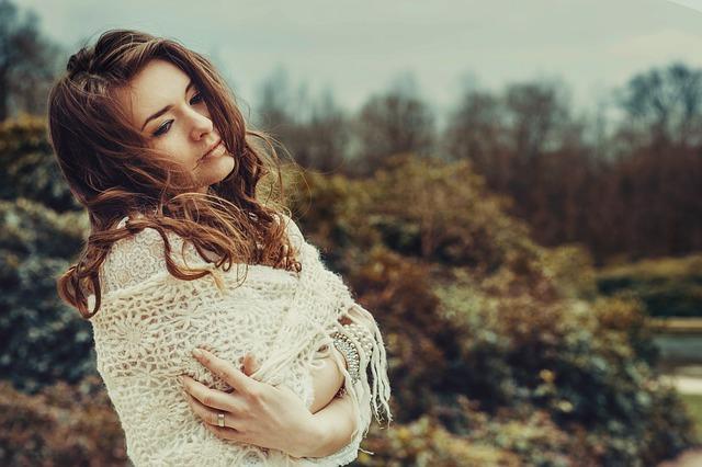 Une jeune femme enroulée dans un châle.