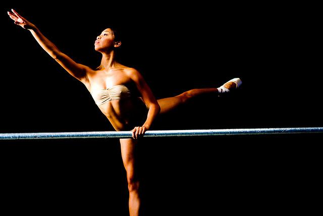 Une danseuse en plein exercice.