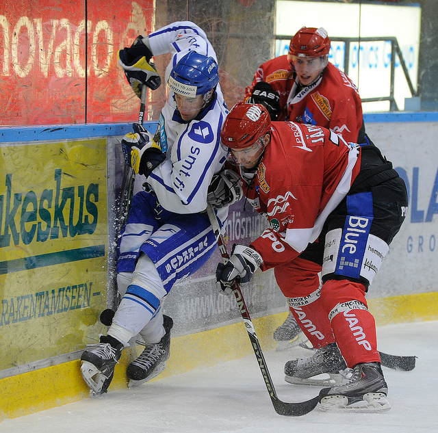 Des hockeyeurs sur glace en pleine action.