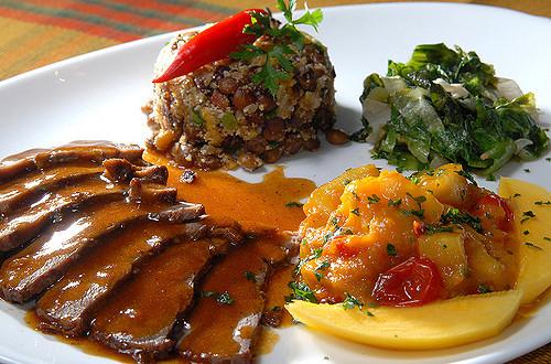 Plat gastronomique avec un mélange de saveurs exotiques.