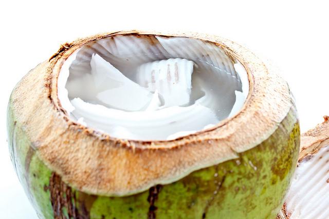 Noix de coco ouverte, prête à être dégustée.