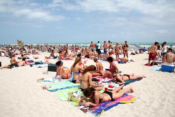 Des gens qui bronzent sur la plage.