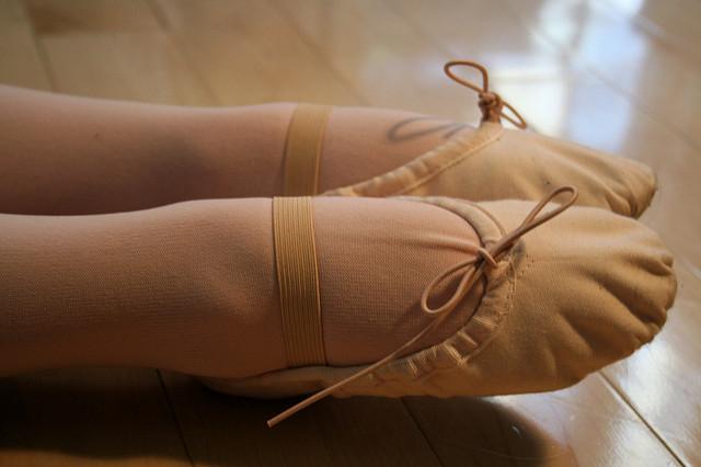 Pieds dans des chaussons de danse.