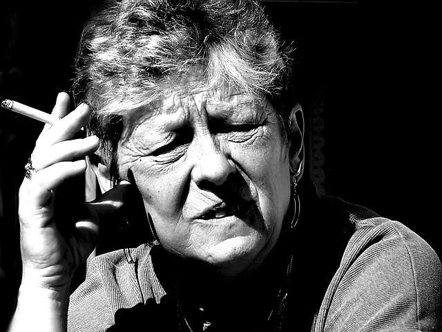 Femme âgée au visage ridé.