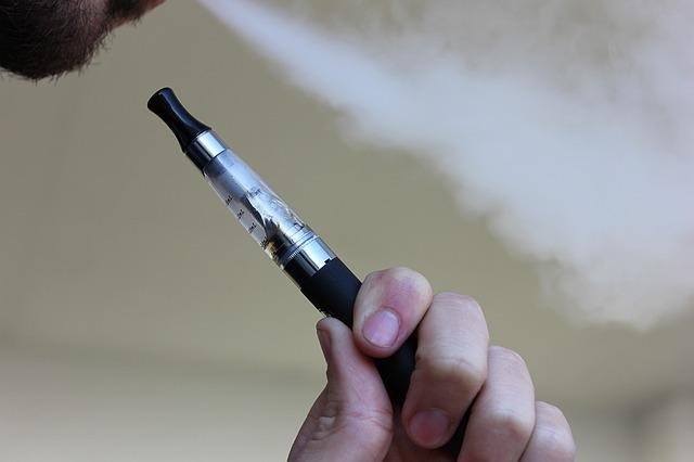 Homme utilisant une cigarette électronique.