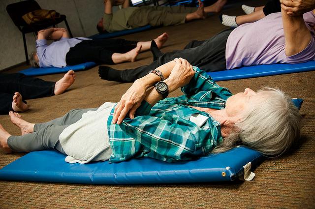 Personnes âgées utilisant la méthode Feldenkrais.