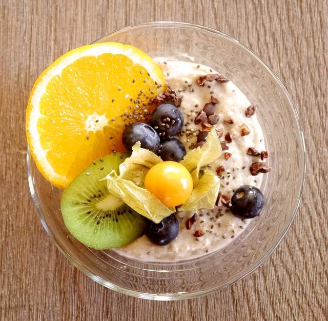 Porridge avec flocons d'avoine et fruits frais pour un petit déjeuner équilibré.