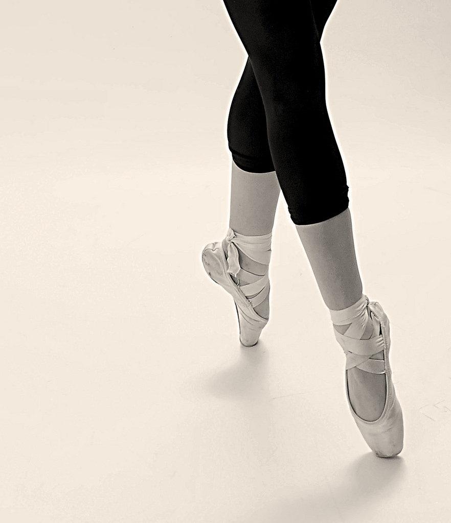 Jambes et pieds de ballerine en pointes de danse.