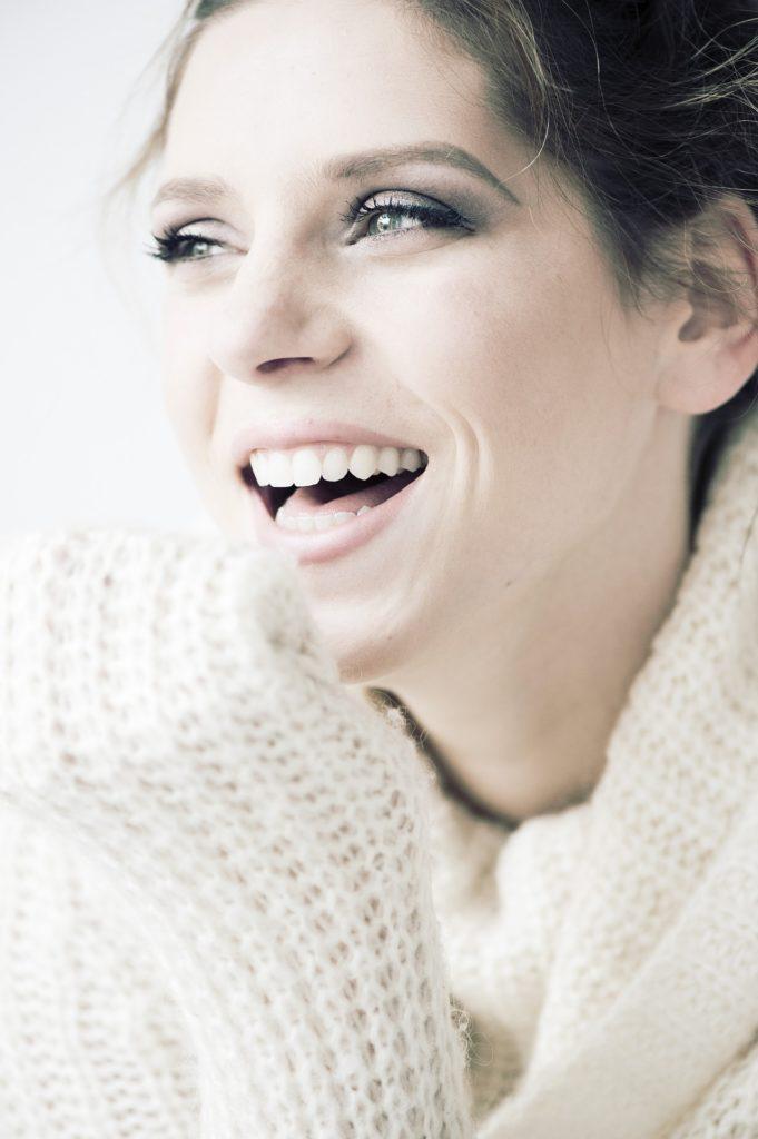 Femme qui sourit.