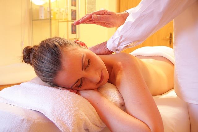 Femme qui se fait masser le dos