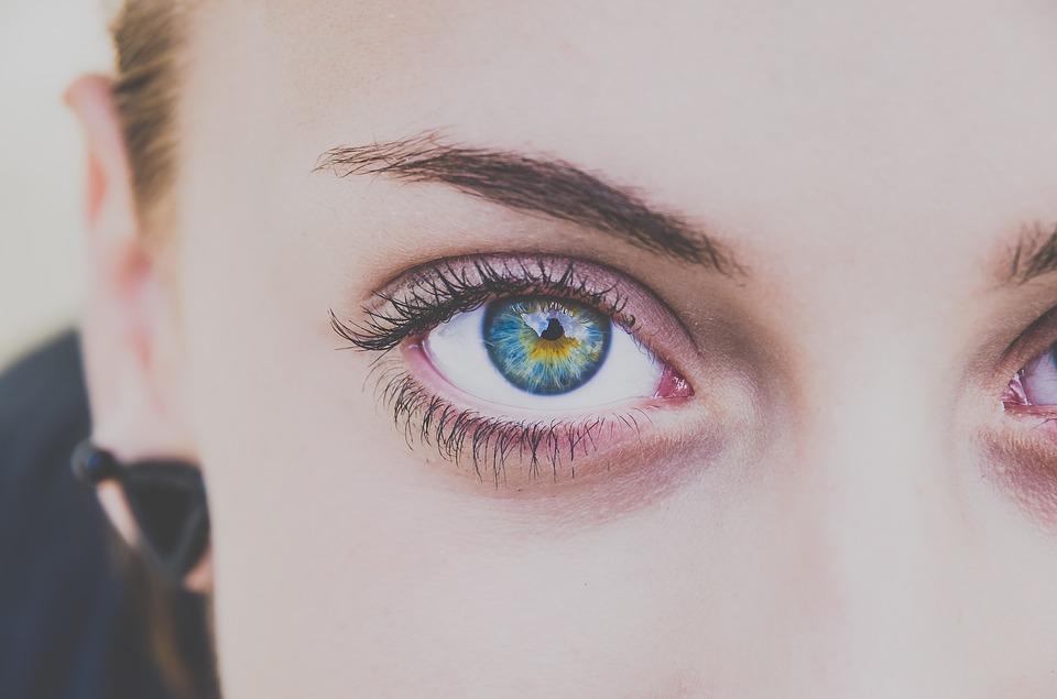 https://pixabay.com/fr/personnes-jeune-fille-femme-visage-2572029/