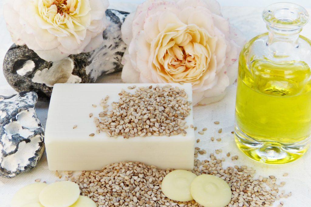 Produits de beauté : savonnettes, flacon d'huile et pain de savon.