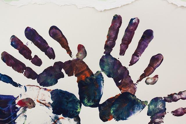 Empreintes de mains dans la peinture réalisées pendant une séance d'art thérapie en maison de retraite.