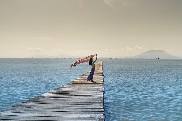 Femme sur un ponton sur la plage.