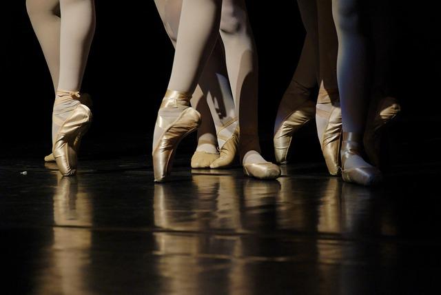 Pieds de danseuses en chaussons de danse classique pendant un ballet.