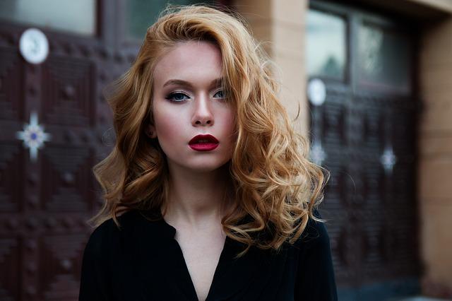 Portrait d'une femme maquillée et coiffée par des professionnels.