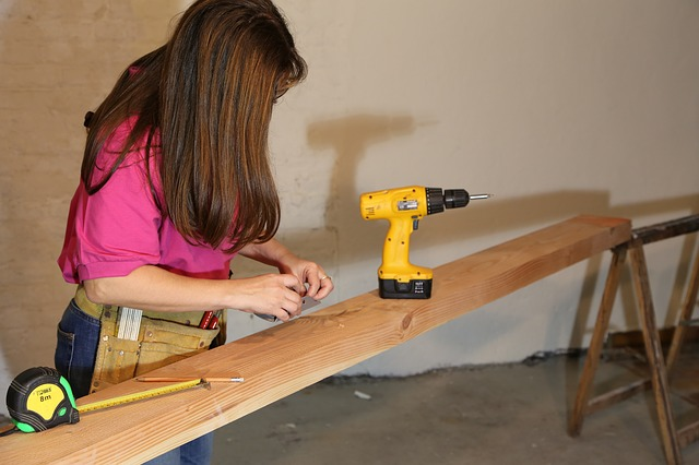 Femme en train de bricoler avec ses outils.