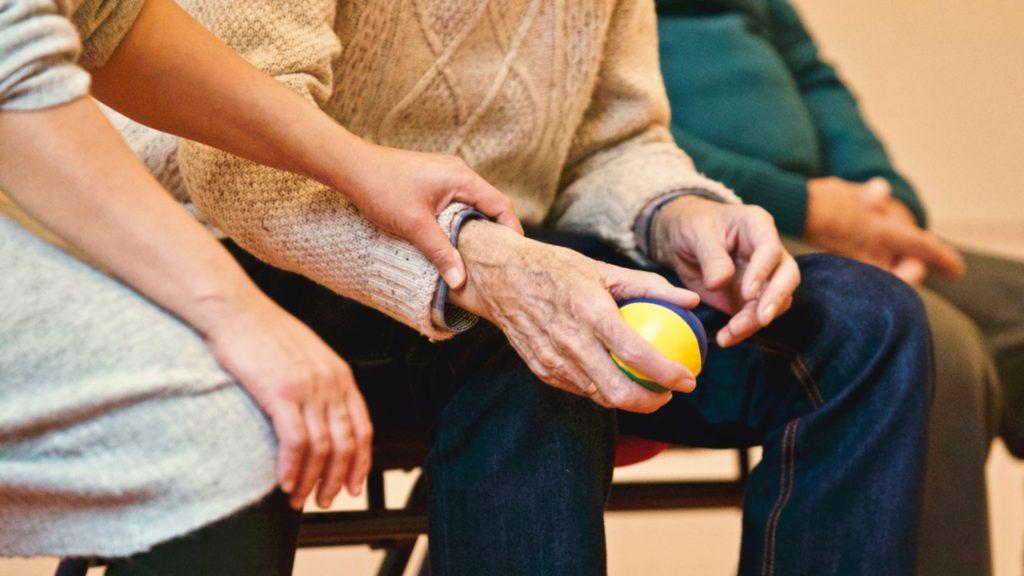 Une personne qui aide une personne âgée dans un EHPAD du 06.