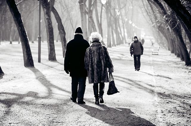 Un couple de retraités qui marche.