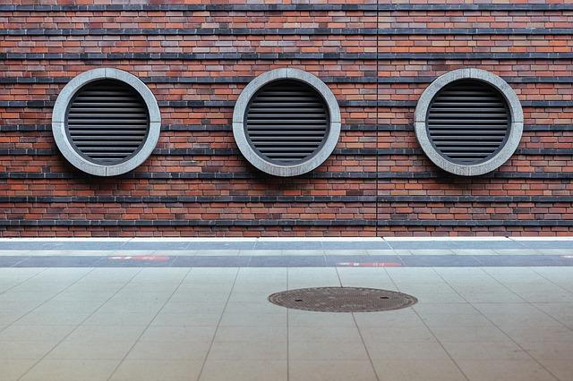 Des sorties d'aération sur un mur de brique