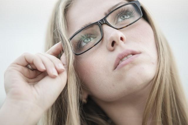 Jeune femme portant des lunettes de vue.