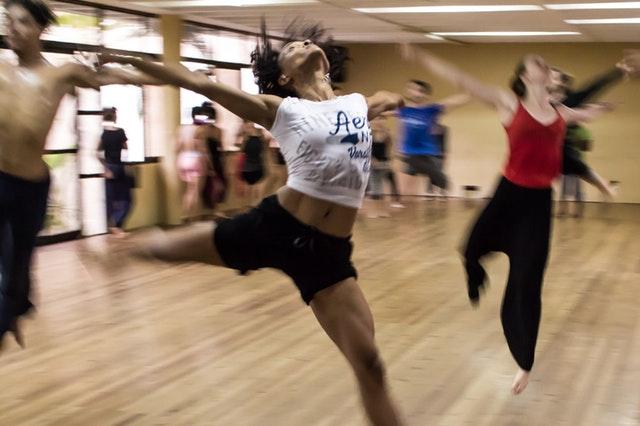 Salle de danse avec cours de danse en cours.
