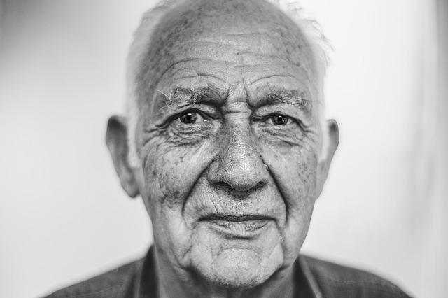 Personne âgée en maison de retraite.