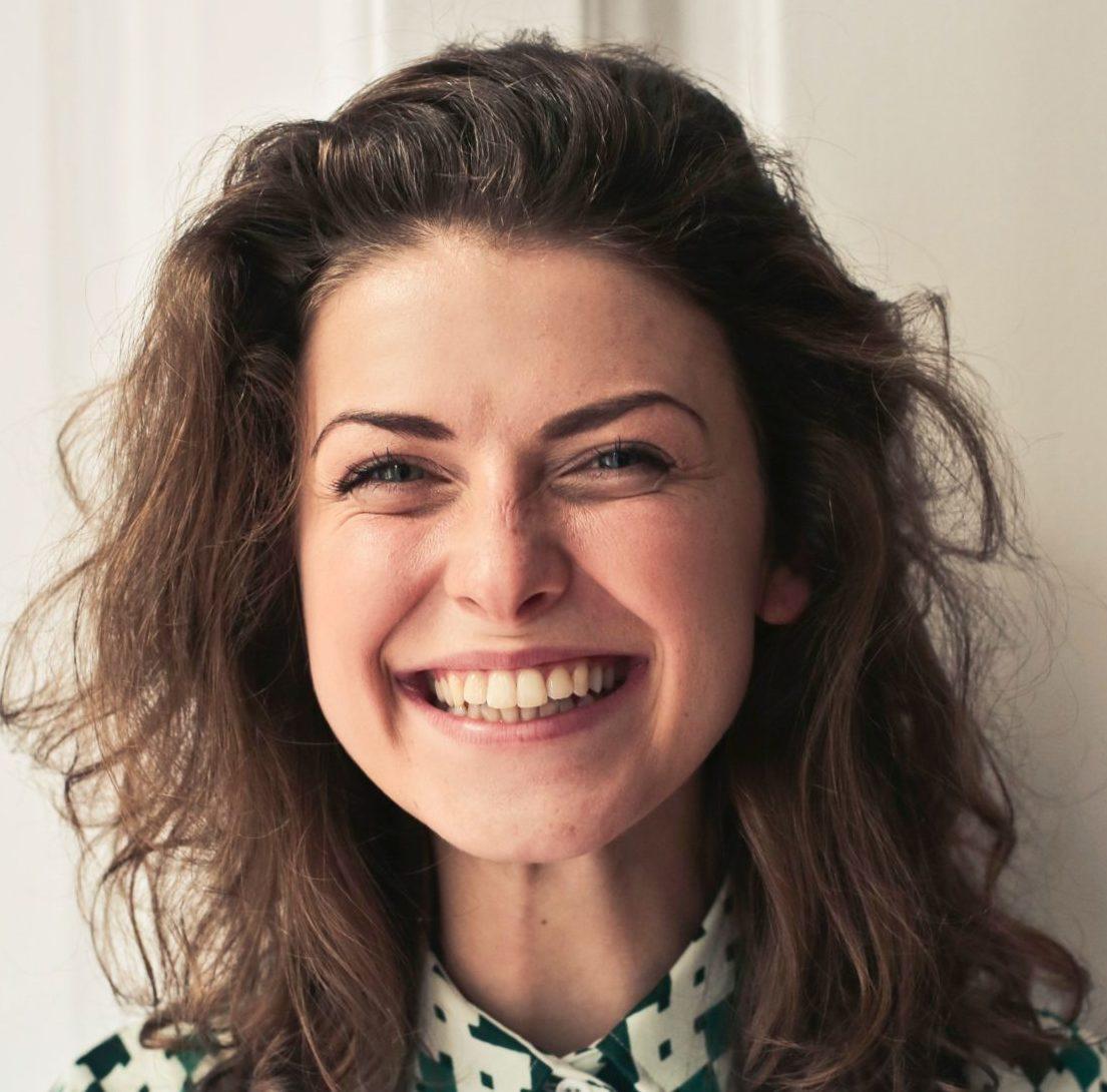C'est une femme qui sourit.