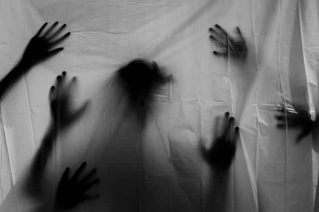 Mains derrière un rideau blanc