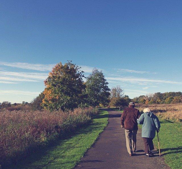 Mari soutenant sa femme atteinte par la maladie d'Alzheimer.