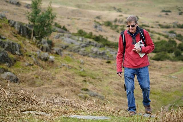 Un senior en randonnée.