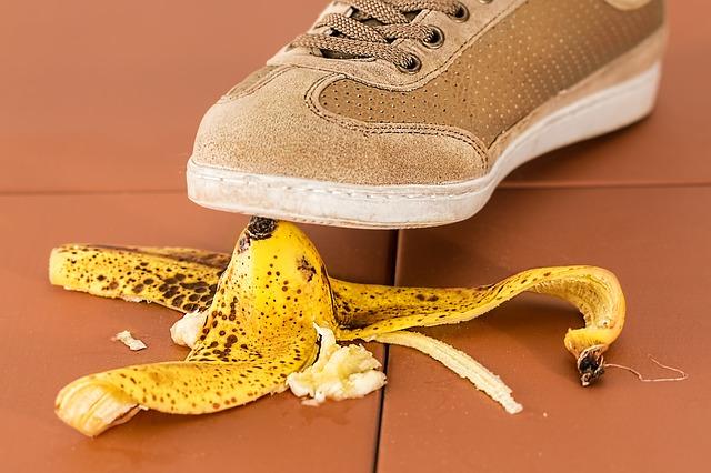 Peau de banane sous un pied.