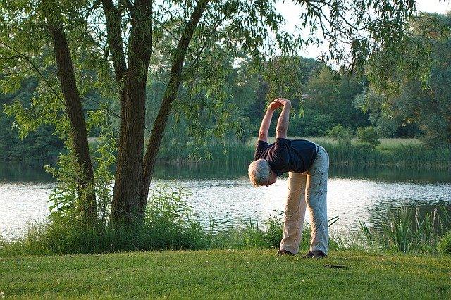 Senior qui fait du yoga