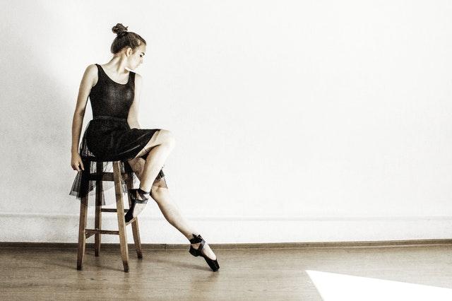Danseuse assise sur un tabouret.