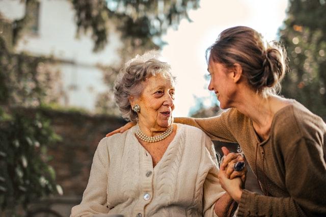Photo d'une femme parlant avec une senior.