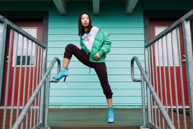 Femme qui pose sur des escaliers.