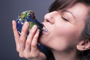 Femme qui mange la terre.