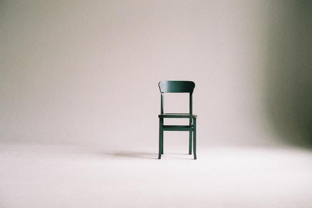 Photo d'une chaise verte sur un fond blanc.